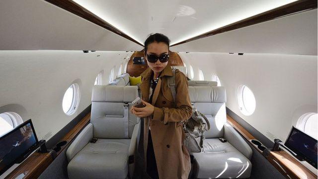 Une femme chinoise dans un jet de luxe
