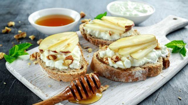 Хлеб с сыром, фруктами и ложкой меда