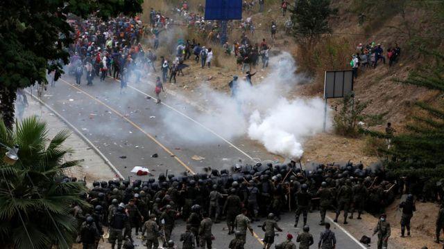 Grases lacrimógenos y enfrentamientos entre los migrantes y las fuerzas de seguridad de Guatemala.