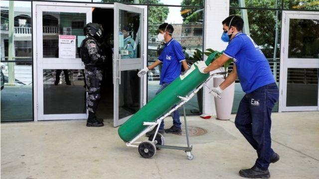 Trabajadores en eñ hospital Getulio Vargas de Manaos.