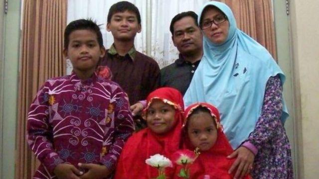 泗水周日(13日)有3座教堂遭到自杀炸弹攻击,是由一个六口之家发动,包括父母两人、9岁和12岁的女儿,及16岁和18岁的儿子,事发后母亲与2名女儿均死亡。