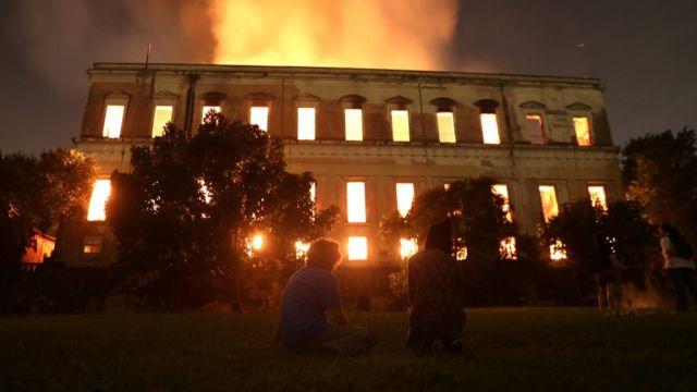 El edificio en llamas.