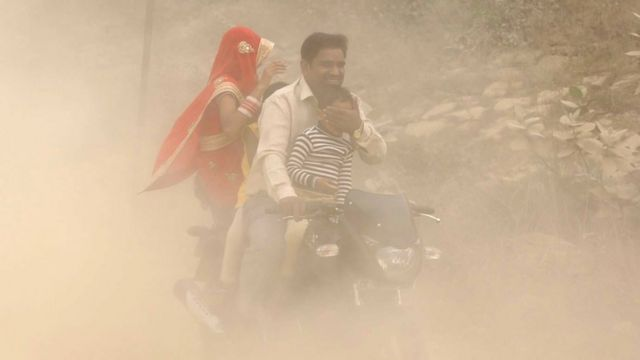 Família indiana em moto
