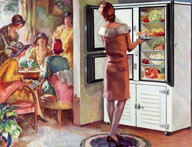 Mujer frente a nevera