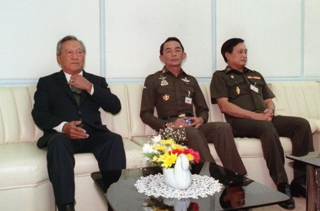 พล.อ. ชาติชาย ชุณหะวัณ นายกรัฐมนตรีในขณะนั้น (ซ้าย) นั่งอยู่ข้าง พล.อ. สุนทร คงสมพงษ์ ผู้บัญชาการทหารสูงสุด (กลาง) และ พล.อ. สุจินดา คราประยูร ผู้บัญชาการทหารบก เมื่อเดือนม.ค. 2534