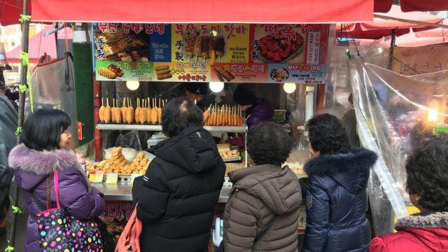 Quán ăn trong chợ ở Seoul