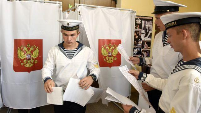 Marinos de la Flota del Mar Negro depositan su voto en el puerto de Sevastopol, Crimea