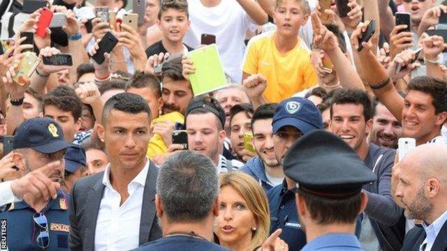 Cristiano Ronaldo yakiranywe igishyika cyinshi n'abafana ba Juventus ubwo yinjiraga mu kibuga cy'umupira w'amaguru cya Allianz