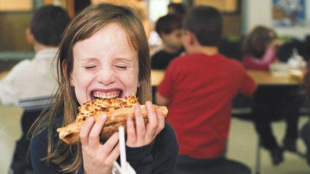 Devojčica jede picu