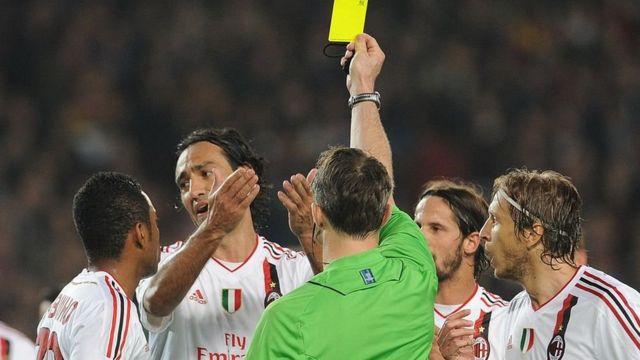 Nesta yahawe ikarata y'umuhondo n'umusifuzi mu mukino wahuzaga Milan AC na Barcelone mu 2012