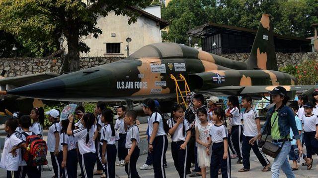Học sinh tiểu học tham quan Bảo tàng Di tích Chiến tranh ở thành phố Hồ Chí Minh