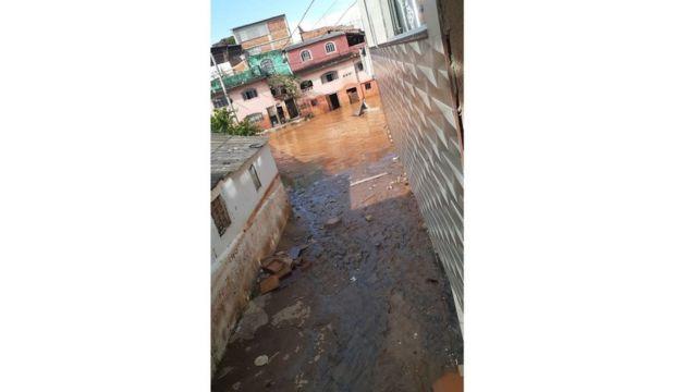 Lama viscosa atingiu casas dos bairros próximos ao Rio Doce, em Governador Valadares