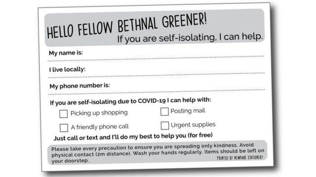 Cartão impresso em bairro de Londres oferecendo ajuda para buscar compras, enviar algo por correio, fazer uma ligação ou comprar suprimentos urgentes