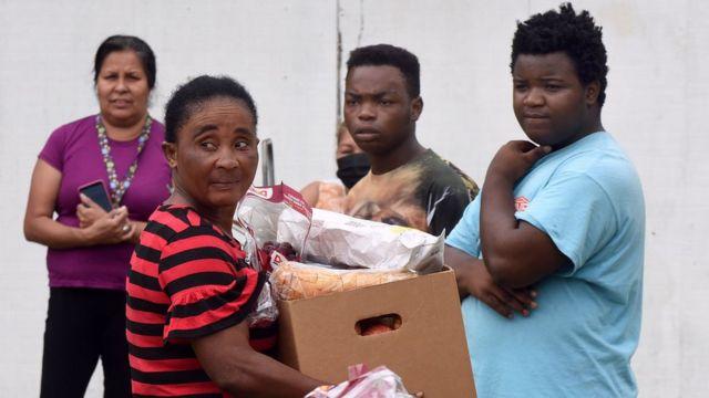 Pessoas afroeamericanas em um banco de alimentos