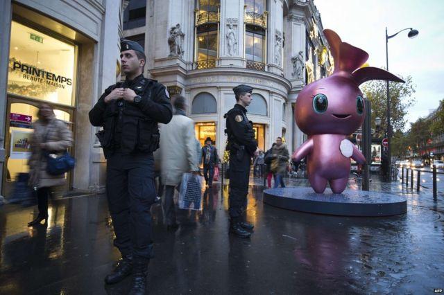 パリの有名百貨店「プランタン」前で(19日)