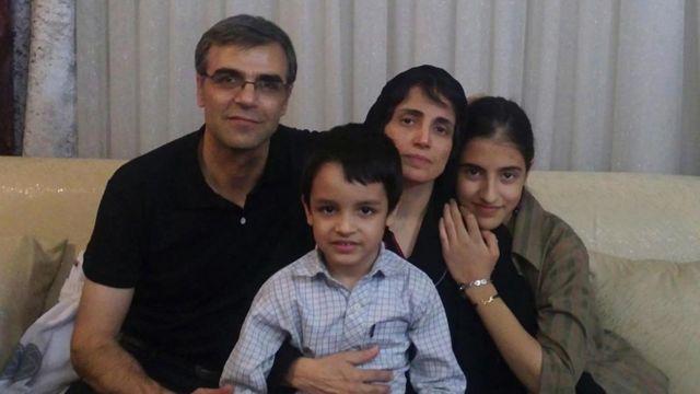 این عکس خانواده خانم ستوده مربوط به قبل از زندان است. آقای خندان میگوید پسرش آنقدر رشد کرده که نسرین او را نشناخته است