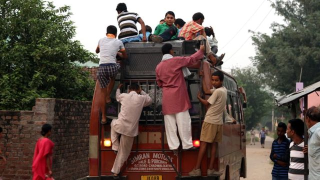 बस की छत पर लोग