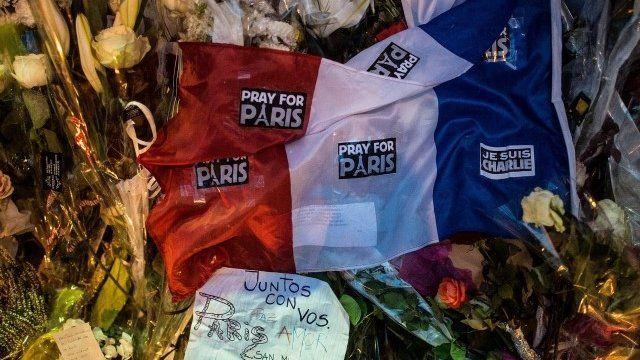 Flag and tributes in Paris