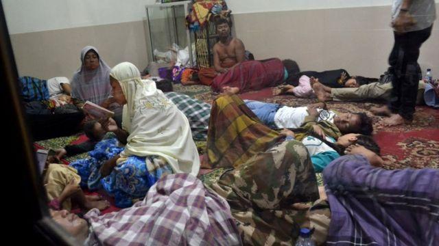 Sejumlah warga mengungsi ke Masjid Jami Al-Mu'min di Kampung Laba, Kecamatan Labuan, Pandeglang, Banten, Sabtu (22/12) malam.