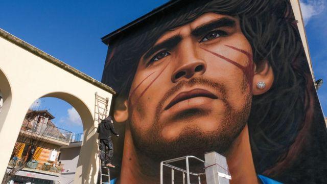 جدارية لمارادونا في مدينة نابولي الإيطالية حيث يكرّم كقديس