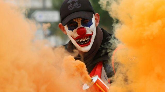 Manifestante com cara pintada de palhaço