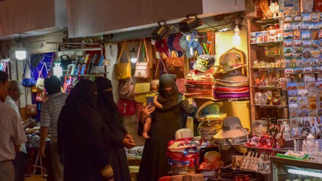 مسلمان خواتین دلی میں خریداری کر رہی ہیں