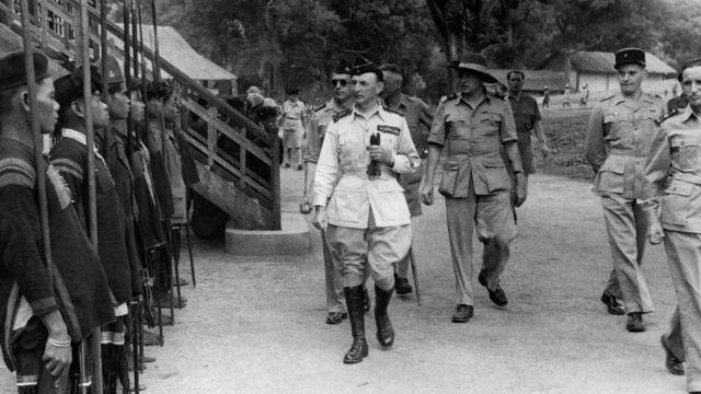 Đô đốc Georges Thierry D'Argenlieu và Cao ủy Pháp tại Đông Dương Leon Pignon duyệt binh năm 1946