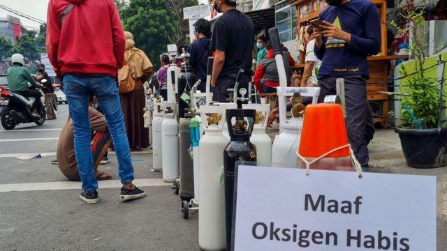 """Bir oksjien dolum tesisinin önündeki """"Üzgünüz, oksijen kalmadı"""" yazısı."""