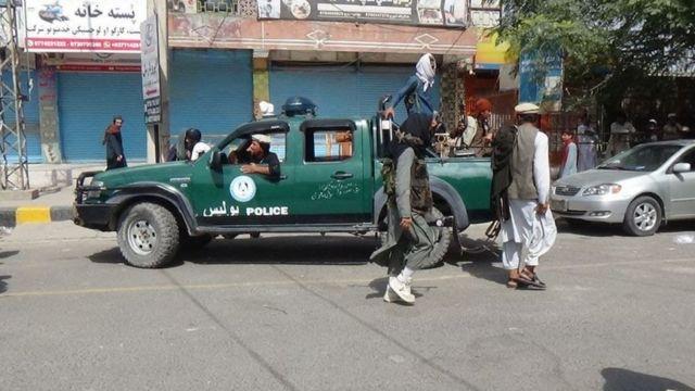 نقاط تفتيش تابعة لطالبان في شوارع مدينة جلال أباد الأفغانية
