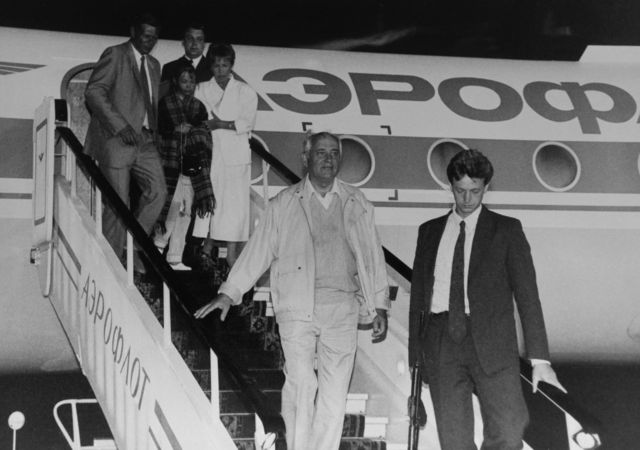 Горбачев возвращается из Фороса