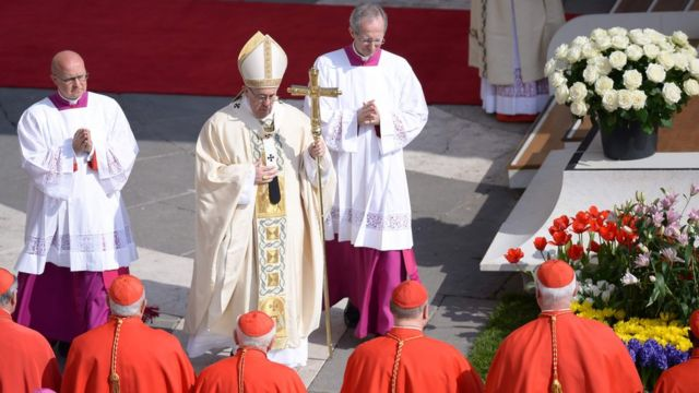 Katika ibada ya kuamkia leo Papa Francis aliwahimiza waumini wasiwapuuze wahamiaji na maskini.
