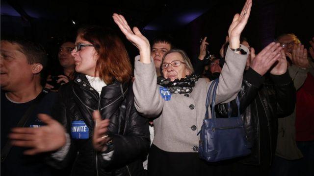 開票で国民戦線が優勢と知らせに喜ぶ支持者ら(6日)