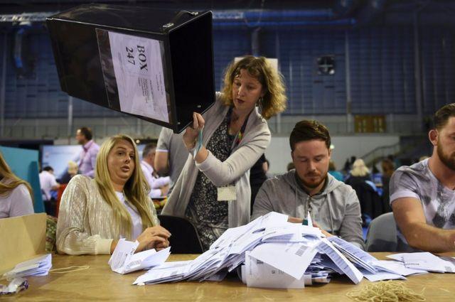 スコットランド地方では32カ所で開票が進む。写真はグラスゴーの開票センター。