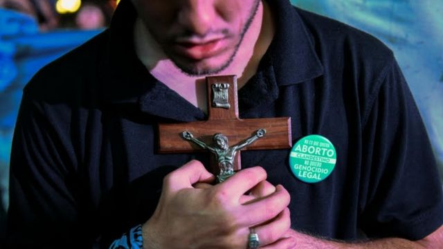 Manifestante contra legalização do aborto segura crucifixo em protesto