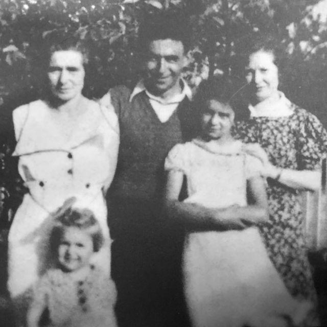 Rutina porodica - njena majka i mlađa sestra (levo), njen otac, Rut i njena tetka