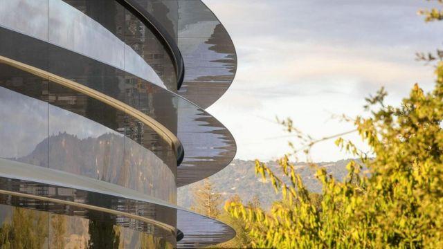 长达数英里的玻璃围绕在造价数十亿美元的苹果2号园区四周,那里的设计符合该公司著名的严苛标准