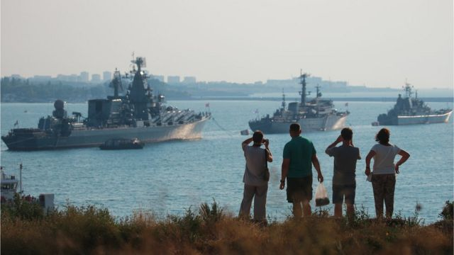 """Флагманом російського Чорноморського флоту є ракетний крейсер """"Москва"""". На знімку він крайній зліва"""