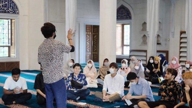 Kegiatan di masjid dengan anak-anak muda Jepang lain.