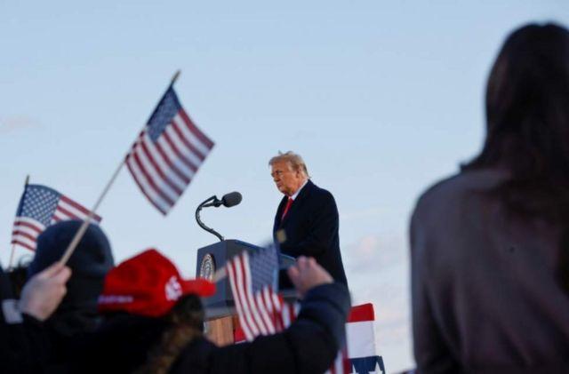Trump dando su discurso de despedida en Andrews