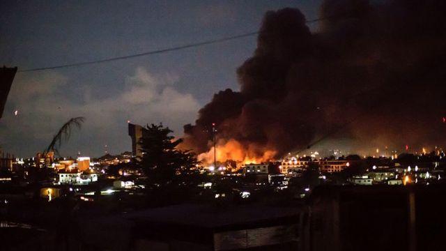 Le bâtiment qui abrite le Parlement a été incendié.