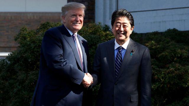 特朗普(左)與安倍晉三(右)在埼玉縣霞關鄉村俱樂部外朝著記者握手合照(5/11/2017)
