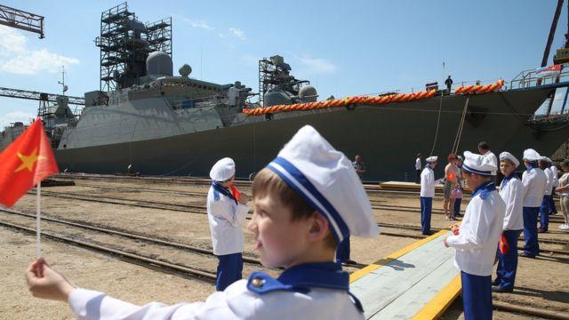 Trẻ em Nga vẫy cờ Việt Nam