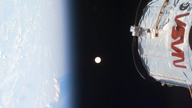 Земля и МКС на фоне Луны