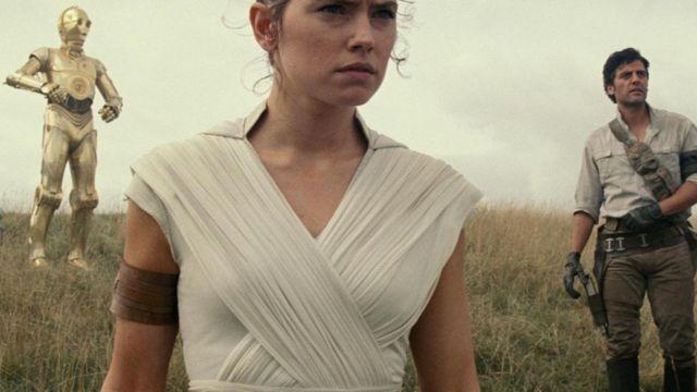 Rey (Daisy Ridley), Poe (Oscar Isaac), dan C-3PO (Anthony Daniels) dalam The Rise of Skywalker.