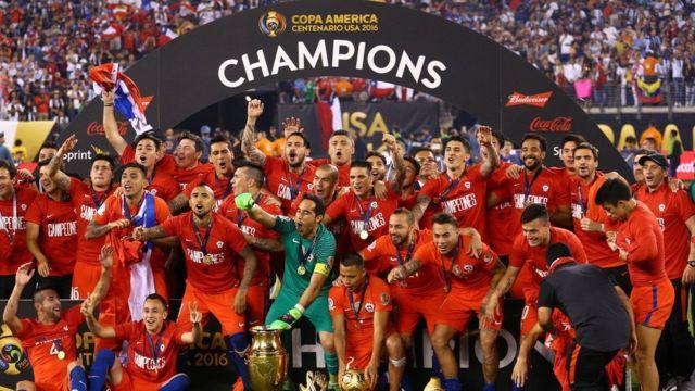 Chile con los trofeos del campeón