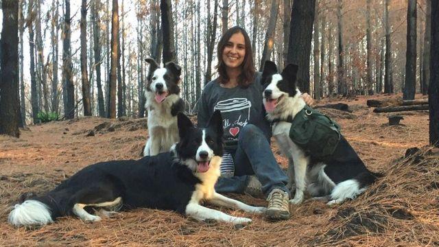 A ambientalista Francisca Torres com suas cadelas, Das, Summer e Olivia