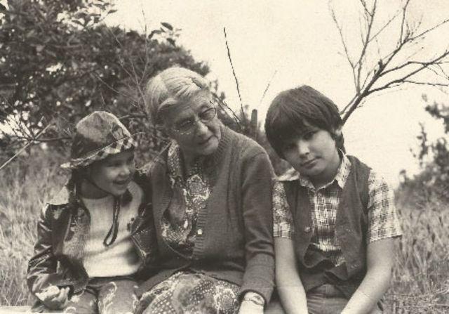 María Moliner con dos de sus nietos.