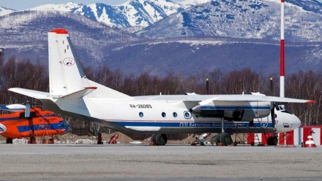 Petropavlovsk Havaalanı'nda An-26 tipi bir uçak.