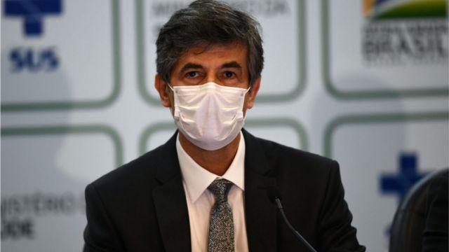 O ex-ministro Nelson Teich em pronunciamento, usando uma mascara sobre a boca