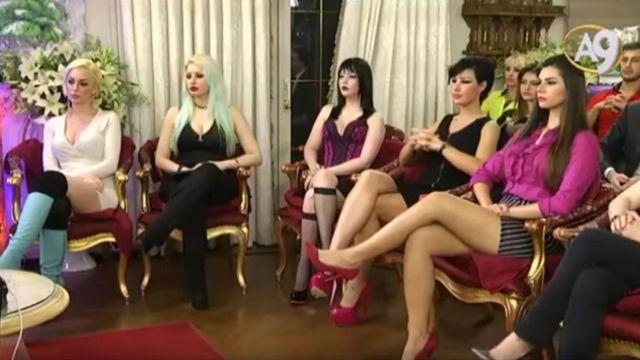 Mujeres en una de las transmisiones de Oktar